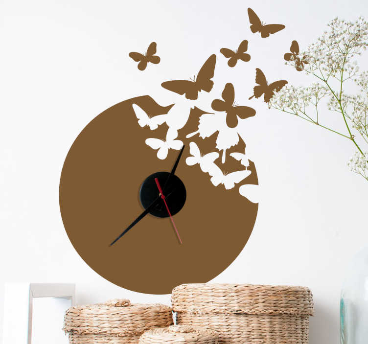 TenVinilo. Vinilo decorativo reloj mariposas. Precioso vinilo de reloj de pared con la silueta de un bello animal volando. El vinilo incluye el propio mecanismo de reloj.