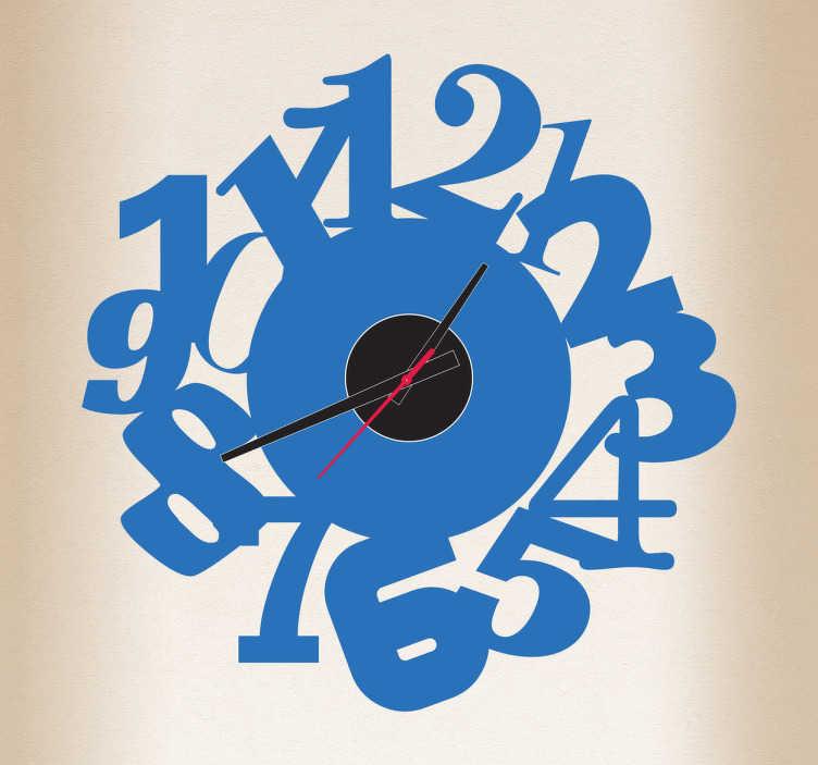 TenStickers. Sricker horloge numéros entassés. Décorez votre intérieur de manière originale avec ce sticker horloge moderne.Comprend horloge 23 cm de diamètre et mécanisme 8,5 cm de diamètre.  Aiguille heures : 9,3 cm / Aiguille minutes : 13,2 cm / Aiguille secondes : 9 cm