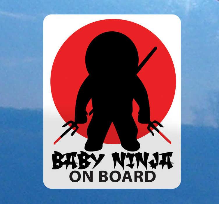 TenStickers. 보드에 아기 닌자 스티커. 아기 닌자 자동차 스티커 - 귀하의 차량에 당신과 함께 여행 작은 사무라이 있다면 다음이 환상적인 아기 자동차 스티커가 필요합니다. 이 스티커 스티커 디자인은 일본 닌자가 영감을 얻었습니다.