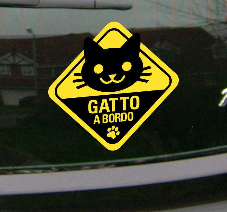 TenStickers. Sticker decorativo gatto a bordo. Decora il lunotto della tua auto con questo simpatico adesivo e fai sapere a tutti che a bordo con te c'è il tuo felino preferito.