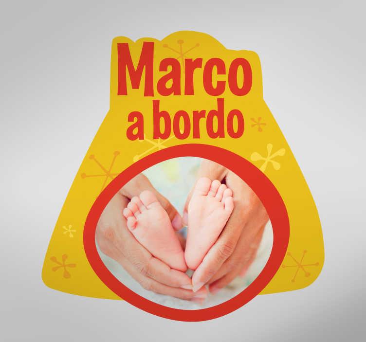 TenStickers. Sticker personalizzabile bebè a bordo. Personalizza questo adesivo per la macchina con il nome e le foto del tuo bebè.