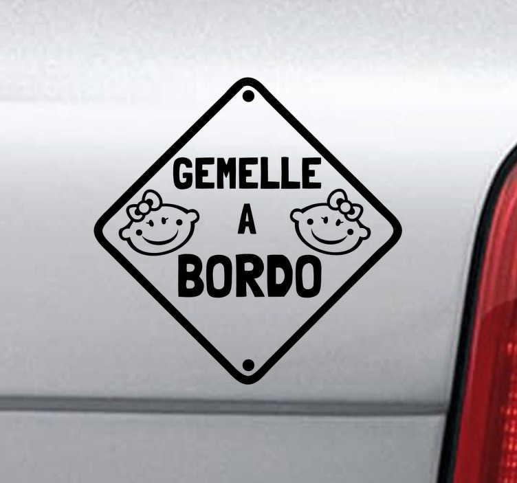 TenStickers. Sticker decorativo logo gemelle a bordo. Hai delle gemelline? Viaggiano spesso in macchina con te? Fallo sapere a tutti decorando la tua automobile con questo simpatico adesivo.