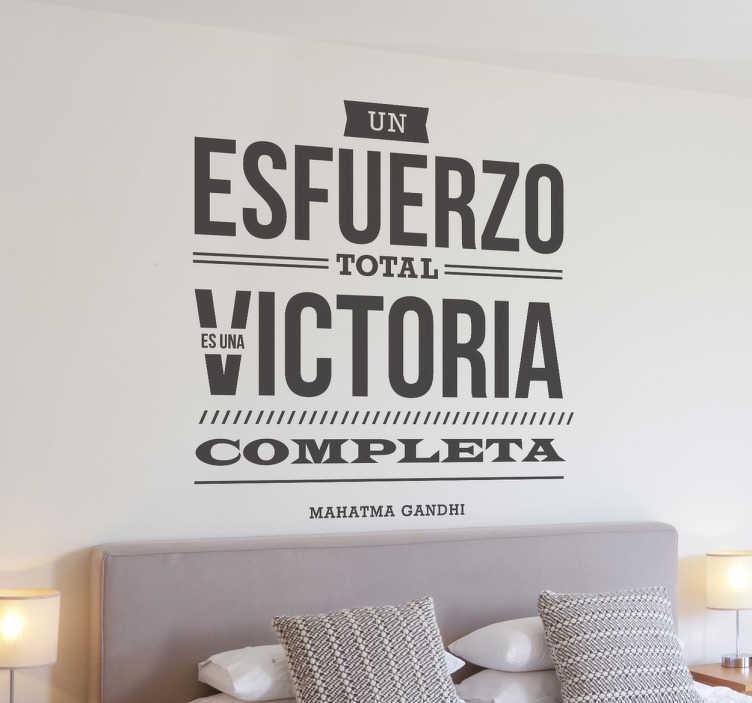 """TenVinilo. Vinilo decorativo esfuerzo victoria Gandhi. Frase de Gandhi """"Un esfuerzo total es una victoria completa"""", un proverbio que evidencia el hecho que el trabajo y dedicación son armas para ganar."""