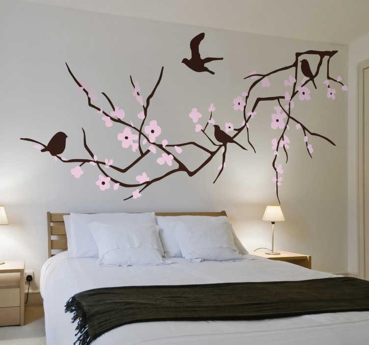 TenStickers. Wallstickers blomster kirsebærtræ. En sticker med motiv af en kirsebærtræs gren med lyserøde blomster og fugle. Perfekt til indretningen af dit hjem. Kan placeres på alle glatte overflader