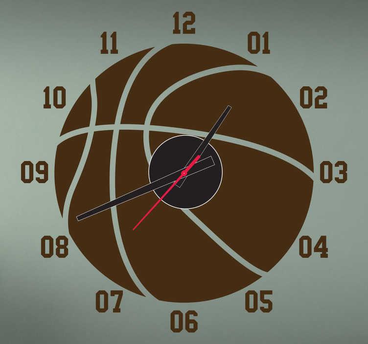 TenVinilo. Vinilo reloj pelota basket. Reloj para los más fanáticos del baloncesto. Mira qué hora es, recuerda tu deporte favorito, personaliza tu hogar y dótalo de una atmósfera única.  Incluye reloj de Ø23 cm (Diámetro), cuerpo del mecanismo de Ø8,5 cm (Diámetro)  Aguja Horaria: 9,3 cm / Aguja Minutero: 13,2 cm / Aguja Segundera: 9 cm
