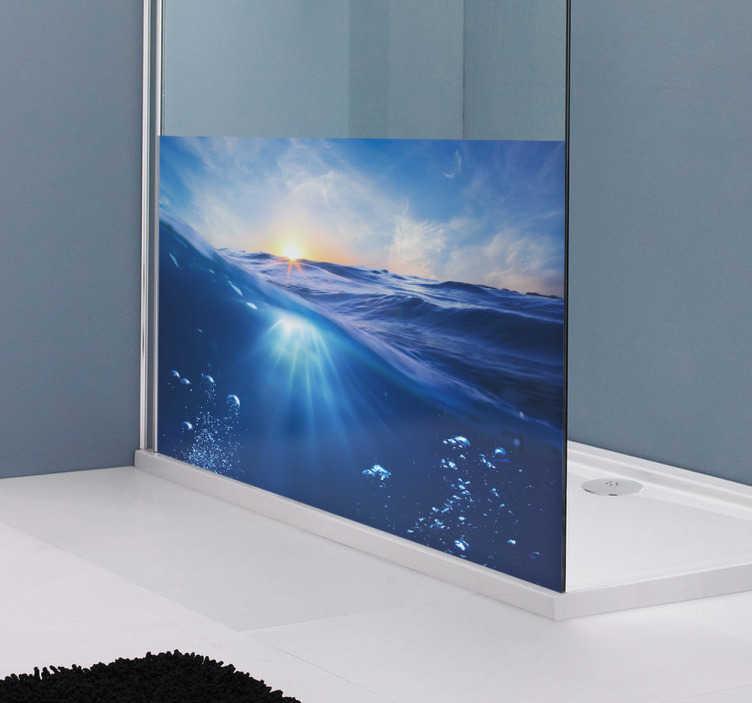 TenStickers. Sticker douche blauwe zee zonsopgang. Deze badkamer raamsticker omtrent een foto genomen vlak boven strakblauw water in een opgaande zon. Prachtige natuurfoto!