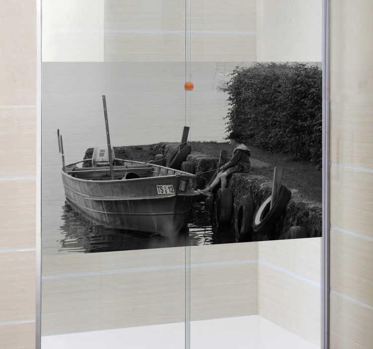 TenVinilo. Vinilo niño y barca mampara ducha. Dale un toque artístico a tu baño diario con esta fotografía impresa sobre vinilo traslúcido.