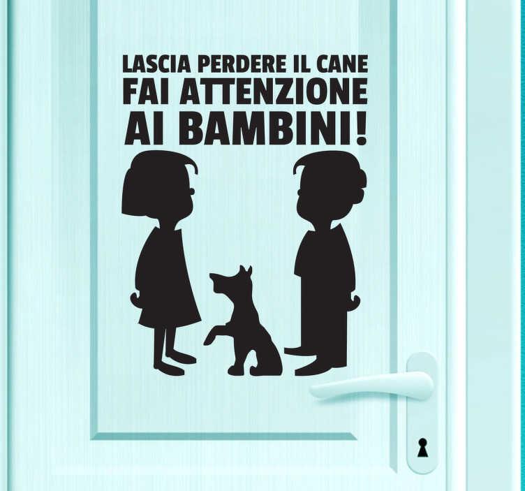 TenStickers. Sticker decorativo attento ai bambini. Decora la porta di casa con questo divertente adesivo e fai sapere a chiunque voglia entrare che il pericoloreale non è il cane, ma i bambini.