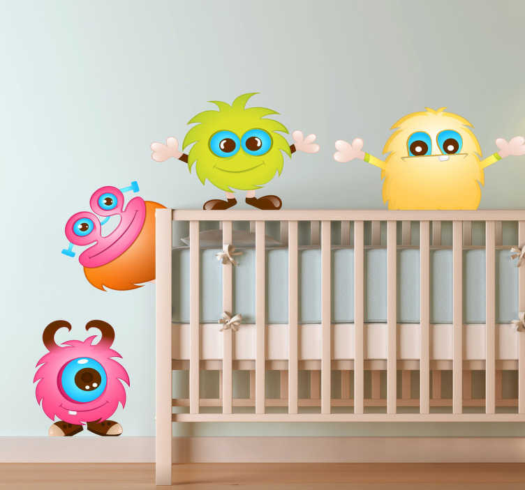 TenStickers. Sticker kind monstertjes vrolijk. Monsters muur sticker van vier kleine monstertjes muursticker zijn ideale monsters wandsticker voor de leuke kinderkamer muursticker monsters.