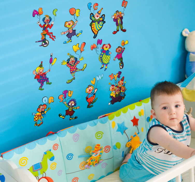 TenStickers. Naklejka dla dzieci abecadło pajace. Naklejka na ścianę przedstawiająca pajace z kolorowymi balonami, które przybierają formę liter alfabetu. Dobry pomysł na połączenie dekoracji pokoju z nauką dziecka.
