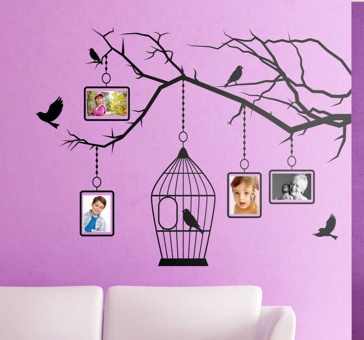 TenStickers. Sticker vogels vogelkooi fotokaders. Een originele muurstickers van een tak van een boom met hierop enkele vogels. Aan de boom hangen vier fotokaders voor je favoriete foto's.