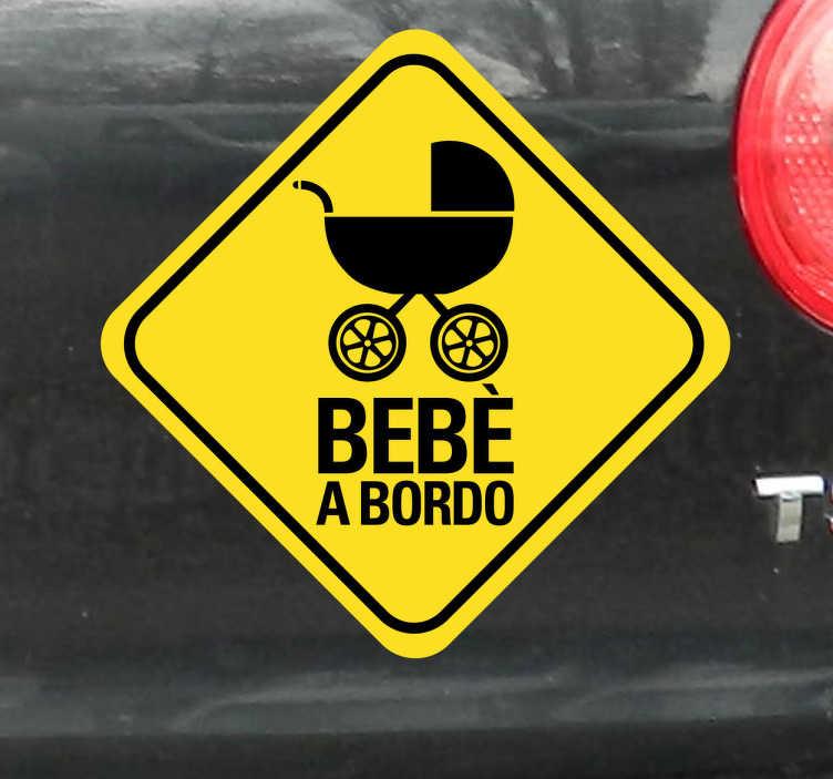 TenStickers. Sticker decorativo carrozzina bebè a bordo giallo. Applica questoadesivo decorativobebè a bordo alla tuaautomobilee avvisa il resto deiconducentiche viaggi con unbambino a bordo
