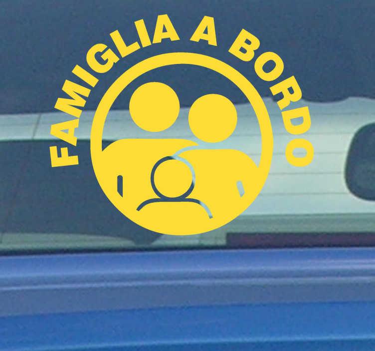 TenStickers. Sticker decorativo famiglia a bordo. Applica questo pratico adesivo alla tua automobile e fai sapere a tutti che viaggi con la tua famiglia a bordo.