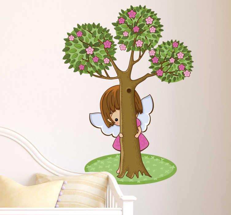 TenVinilo. Vinilo infantil querubín detrás del árbol. Vinilo decorativo infantil de un ángel escondido detrás de un árbol de tres copas mientras vigila el entorno en el que lo vas a colocar.