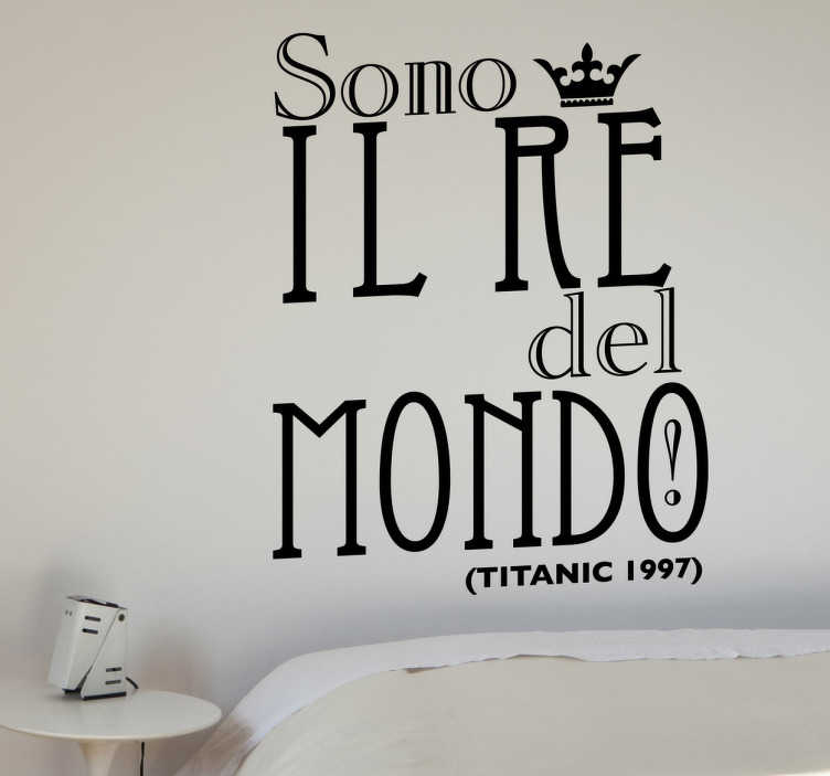 TenStickers. Sticker decorativo re del mondo. Adesivo murale che riporta la famosa frase gridata sulla prua del Titanic da Leornado DiCaprio che veste i panni di Jack.