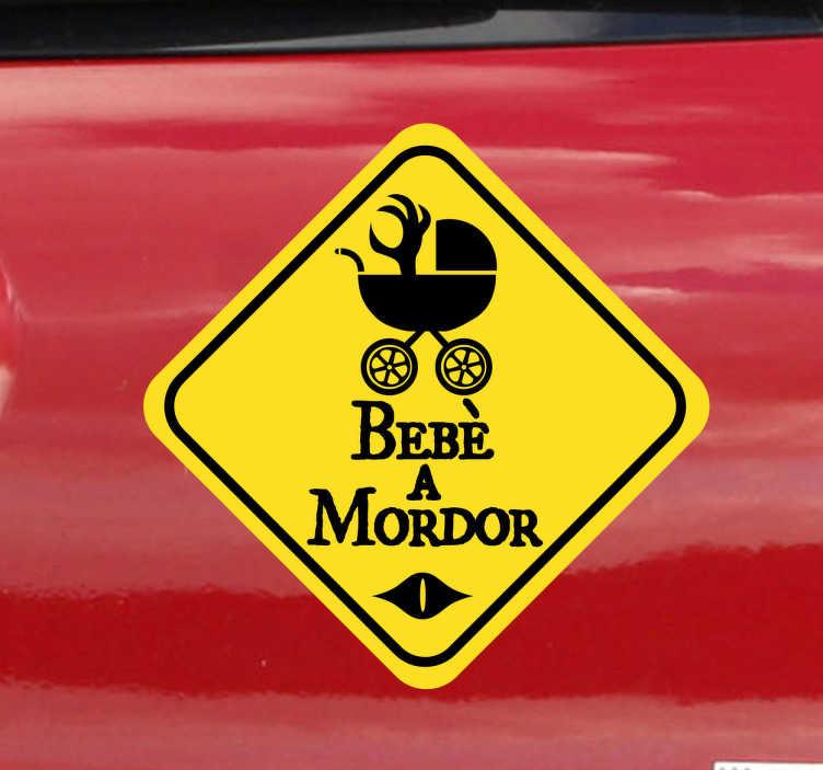 """TenStickers. Sticker decorativo bebè a Mordor. Avvisa gli altri conducenti che a bordo con te viaggia un piccolo """"orchetto"""", applicando questo simpaticoadesivo decorativo alla tua macchina."""
