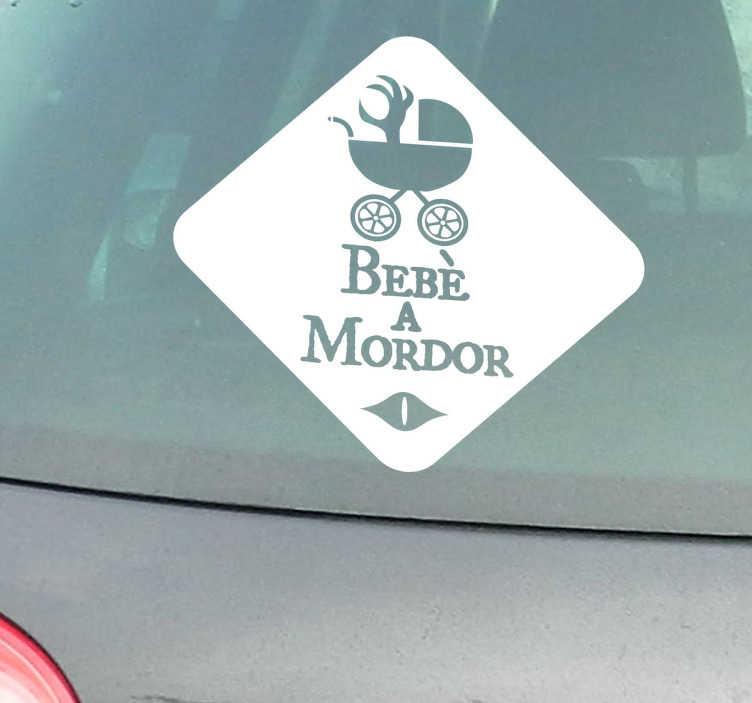 """TenStickers. Sticker decorativo bebè a Mordor invertito. Adesivo decorativo ispirato al Signore degli Anelli. Applicalo alla tua macchina e avvisa gli altriconducenti che con te viaggia un piccolo """"orco""""."""