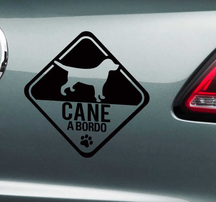 """TenStickers. Sticker decorativo cane a bordo invertito. Decora la tua macchina con questo pratico adesivo e fai sapere a tutti che a bordo con te viaggia anche unamico """"peloso""""."""