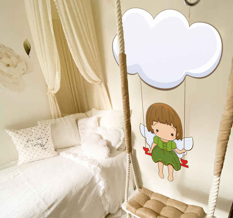 TenStickers. Sticker bambini angioletto. Sticker decorativo per camerette, che raffigura un angioletto vestito di verde mentre sta seduto su un' altalena appesa ad una nuvola.