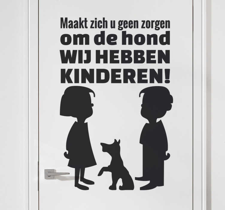 TenStickers. Sticker anti inbraak tekst kinderen hond. Muursticker met de afbeelding van twee kinderen en een hond met hierboven een tekst. Een originele en effectieve manier om inbrekers weg te jagen.