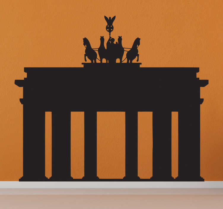 TenVinilo. Vinilo decorativo Puerta Brandemburgo. Viaja a Berlín y decora las paredes de la sala que desees con este adhesivo con el reconocible monumento alemán y la majestuosa columna, una antigua puerta de entrada a la capital germana.