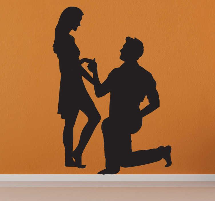 TenStickers. Heiratsantrag Aufkleber. Dieser Mann hält gerade um die Hand seiner Partnerin an. Dekorieren Sie Ihr Unternehmen oder Zuhause mit diesem romantischen Wandtattoo.