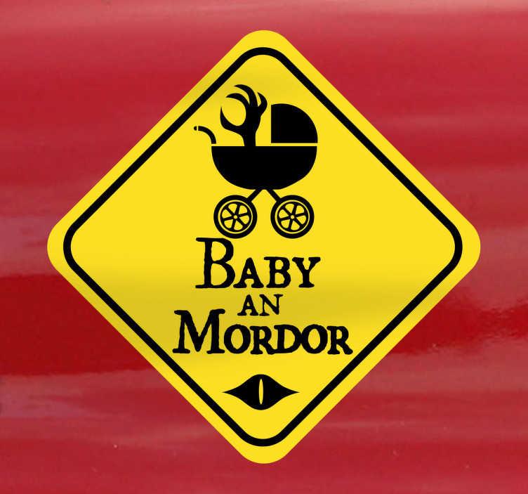 TenStickers. Baby Mordor Sticker. Sind Sie ein Herr der Ringe Fan und haben ein Baby an Bord? Dann ist dieser lustige Sticker genau das Richtige für Sie!