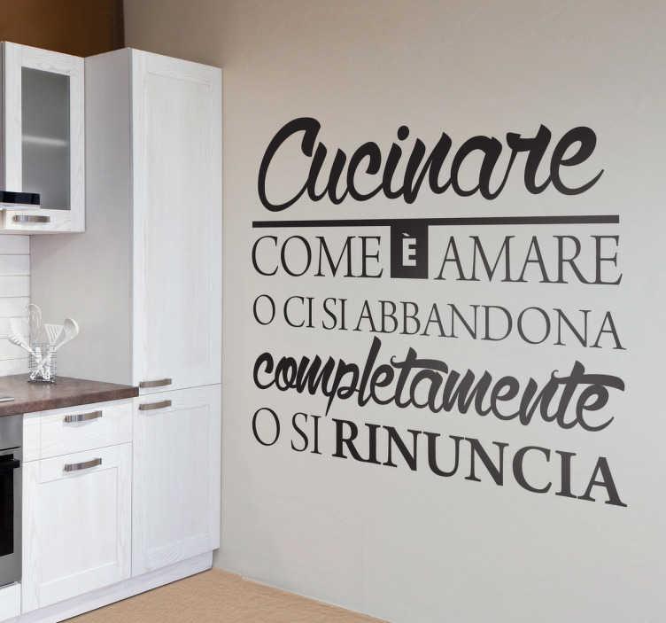 """TenStickers. Adesivo murale cucinare amare. Se ami cucinare, decora la tua casa con questo sticker con il testo. """"Cucinare è come amare. O ci si abbandona completamente o si rinuncia""""."""