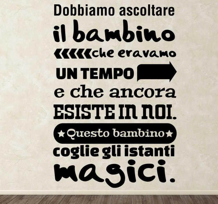 """TenStickers. Sticker decorativo bambino Paulo Coelho. Adesivo che recita """"Dobbiamo ascoltare il bambino che eravamo un tempo e che ancora esiste in noi. Questo bambino coglie gli istanti magici""""."""