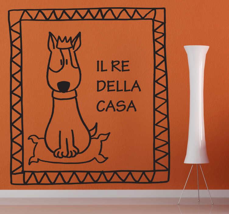 """TenStickers. Sticker decorativo il re della casa. Adesivo murale che raffigura un cagnolino seduto sulla propria cuccia, accompagnato dalla scritta: """"Il re dellacasa""""."""