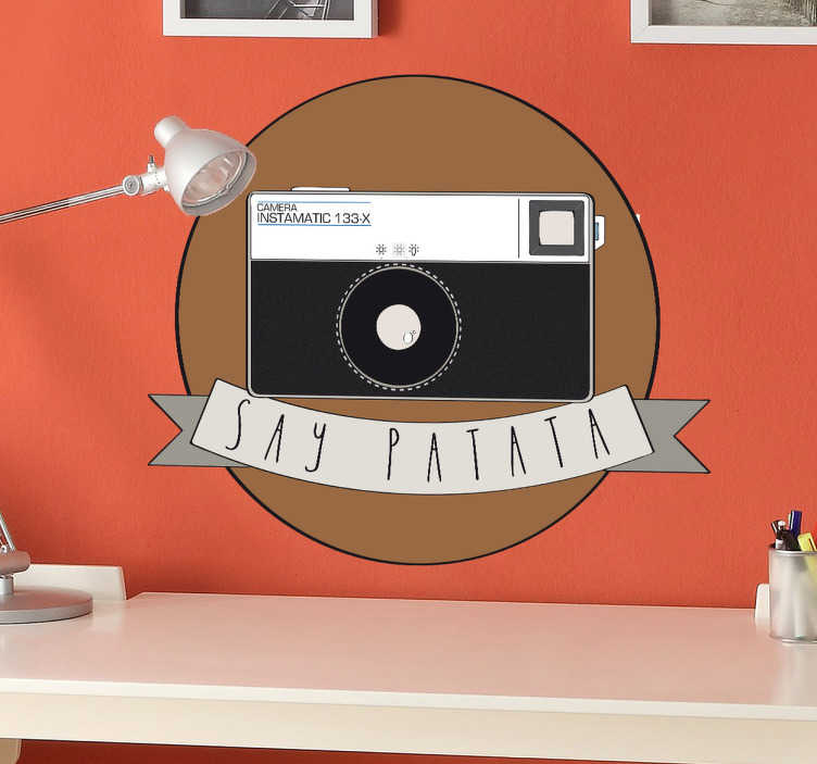 """TenVinilo. Vinilo decorativo instamatic patata. Reproducción en adhesivo de una cámara fotográfica instamatic realizada por Clinomania Studio. A esta detallada ilustración le acompaña un lazo con un divertido texto que invita a decir """"patata"""" mientras te toman una foto."""