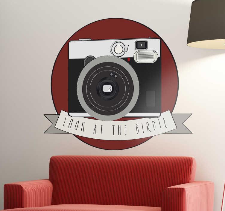TenStickers. Look at the birdie Aufkleber. Mit diesem lustigen Fotoapperat Wandtattoo können Sie Ihrer Wand einen originellen Look verpassen.