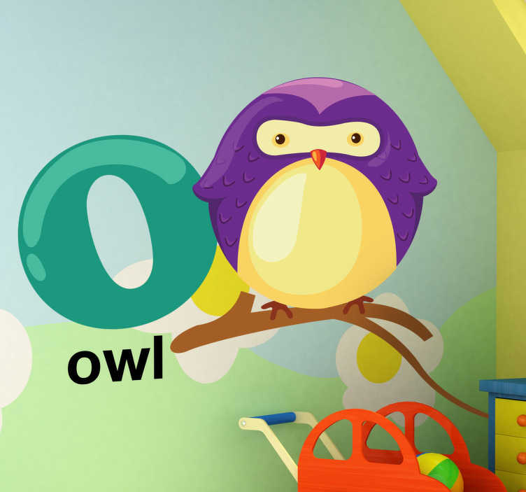 TenStickers. sticker alfabet letter o. Een muursticker van de letter O uit het alfabet, vergezeld door een uil. In het Engeland noemen ze een uil een owl.