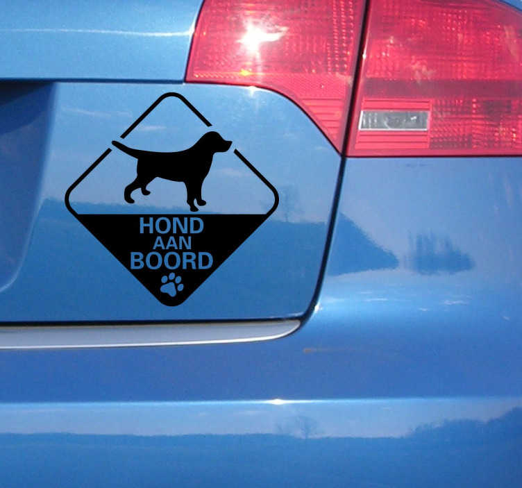 TenStickers. Sticker auto hond aan boord. Maak de bestuurders rondom u duidelijk dat uw trouwe viervoeter zich in uw wagen bevindt met deze sticker auto hond aan boord.