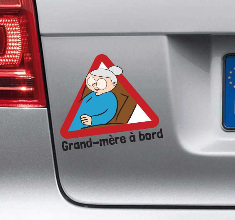 TenStickers. Sticker grand-mère à bord. Un sticker amusant et original pour signaler aux autres conducteurs que mamie voyage avec vous.