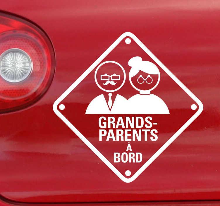 TenStickers. Sticker grands-parents à bord. Week-end en famille ? Signalez aux autres conducteurs que vos grands-parents voyagent avec vous à bord de votre véhicule avec cet original sticker.