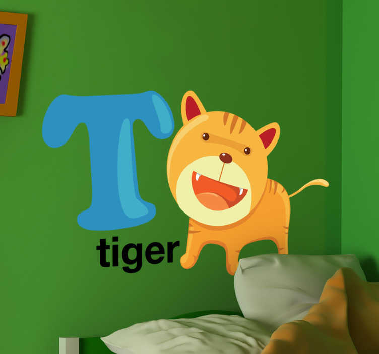 TenStickers. Buchstabe T Englisch Aufkleber. Mit diesem Wandtattoo können Ihre Kinder das Alphabet und Englisch lernen. T wie tiger, eine kleiner Tiger, der neben dem Buchstaben T steht.