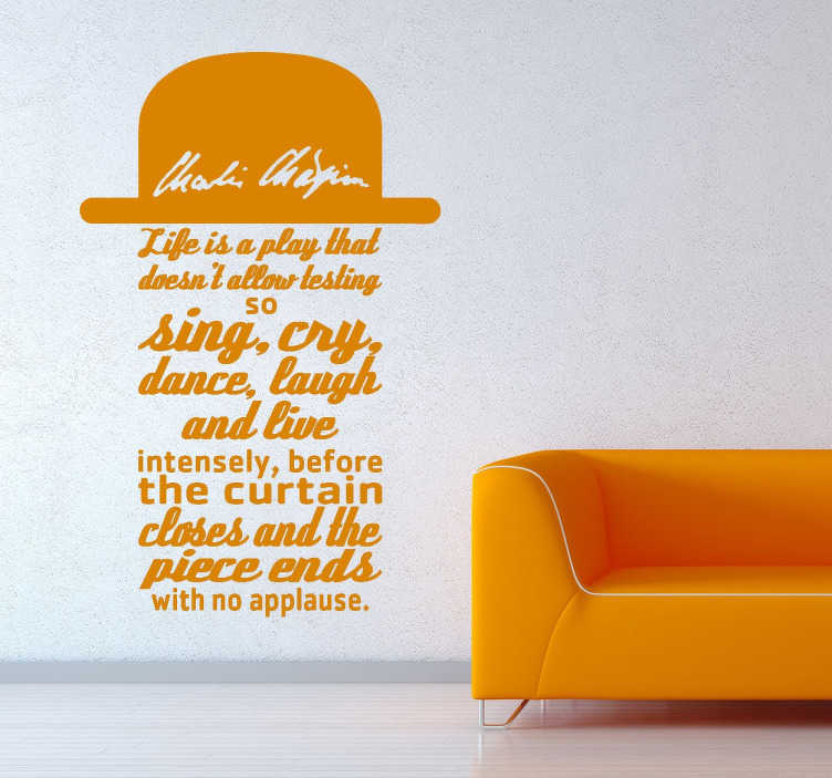 TenStickers. Charlie Chaplin Zitat Sticker. Wandaufkleber - Zitat von Charlie Chaplin, ein Mann der nicht Vorgestellt werden muss. Er wird als einer der besten Komödianten angesehen.