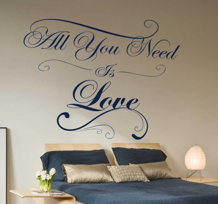 TenStickers. Naklejka All you need is love. Romantyczny wzór naklejki na ścianę idealnie pasujący do sypialni, badź pokoju dziennego z napisem 'All you need is love'.