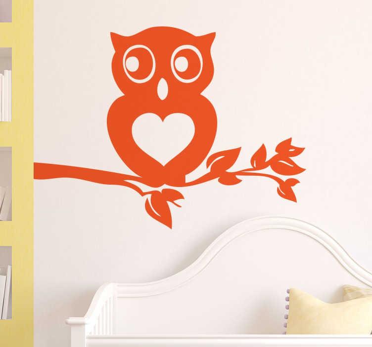 TenVinilo. Vinilo decorativo búho corazón. Vinilo decorativo de un búho aposentado en una rama que transmite mucho amor y tranquilidad con el corazón que tiene en su pecho. Ideal para la habitación de tus hijos y para desearles un feliz sueño.