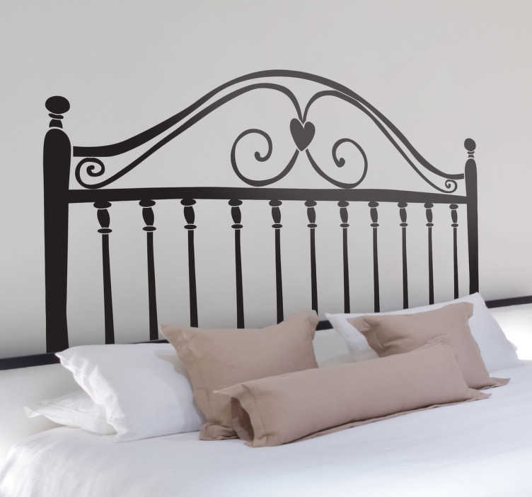 TenVinilo. Vinilo decorativo cabezal corazón. Decora la cabecera de tu cama con una ilustración en adhesivo decorativo para dormitorio que simula una pieza de hierro forjado, coronado por un corazón en la parte central.