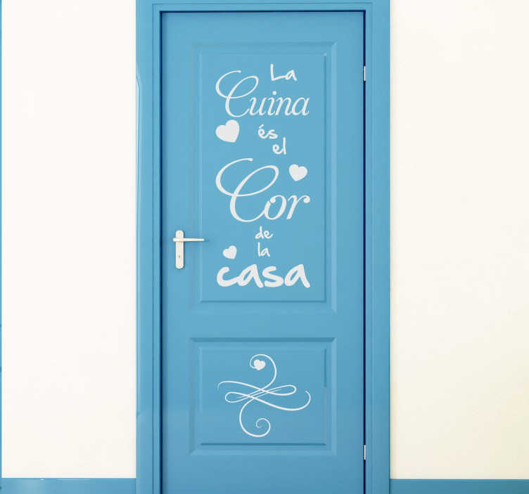 TenVinilo. Vinilo decorativo cuina casa vertical. Adhesivo de texto ideal para decorar tu cocina con un texto en catalán. Puedes colocarlo en puertas de armario, la nevera o la puerta para darle un toque de originalidad a tu casa.