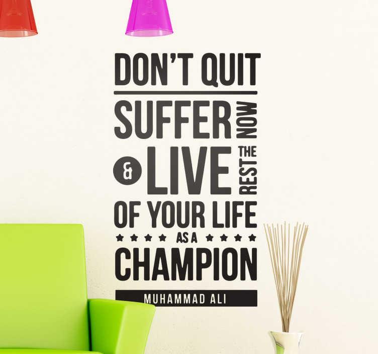 TenStickers. Naklejka cytat Muhammad Ali. Naklejka dekoracyjna z cytatem słynnego amerykańskiego boksera 'Don't quit. Suffer now and live the rest of your life as a champion'.