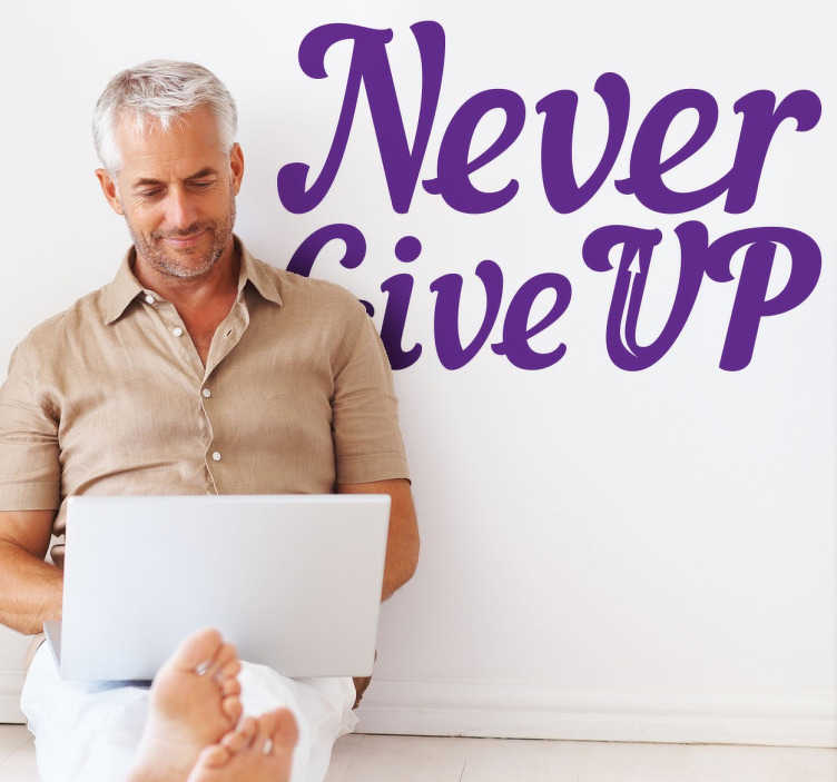 """TenStickers. Nikoli se ne odreči stenski nalepki. Stenske nalepke - motivacija - """"nikoli ne obupaj"""" oblikovanje besedila. Napolnite svoj prostor s pozitivnostjo. Na voljo v različnih velikostih in v 50 barvah."""