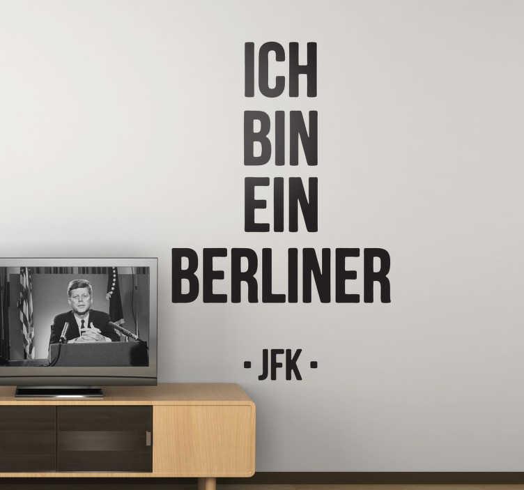TenStickers. Ich bin ein Berliner Aufkleber. Suchen Sie nach Abwechslung für Ihr Zuhause? Dieser Spruch Sticker ist die optimale Lösung zur Erfüllung Ihres Wunsches. Versiertes Designerteam