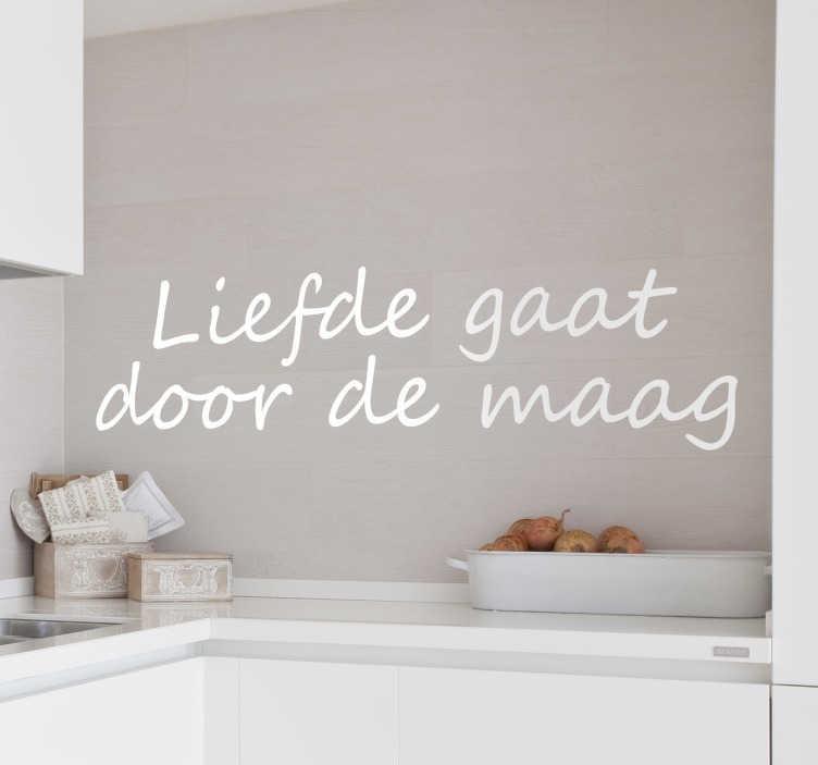 """TenStickers. Sticker keuken liefde maag. Een leuke muursticker voor de decoratie van uw keuken met de tekst """"Liefde gaat door de maag"""". Kleuren en maten aanpasbaar. Ook voor ramen en auto's."""