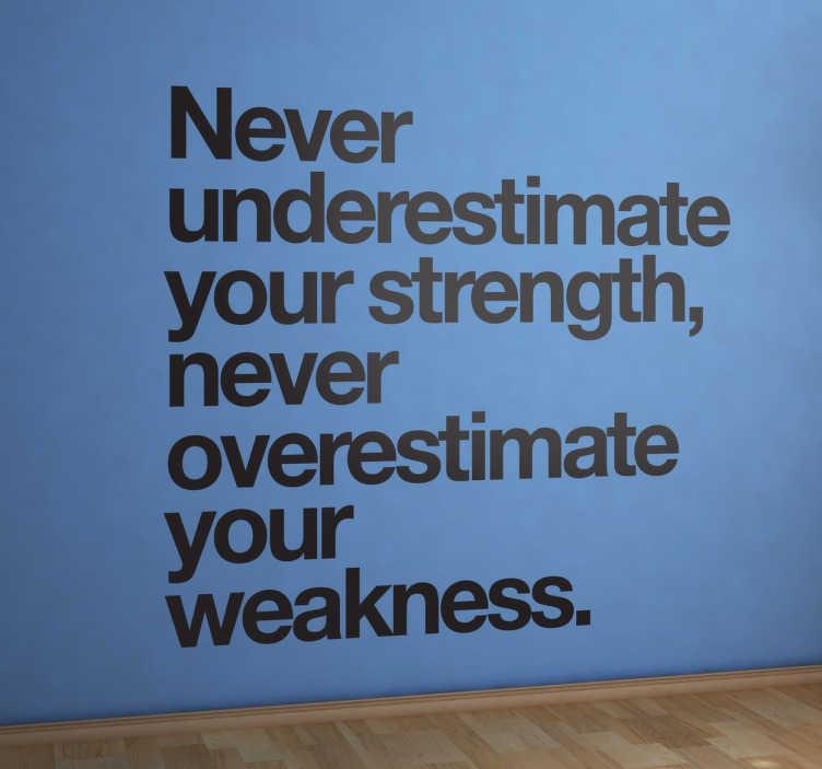 """TenStickers. Sticker never underestimate strength. Sticker texte """"Never underestimate your strength..."""", une phrase de motivation idéale pour décorer les murs de votre intérieur."""