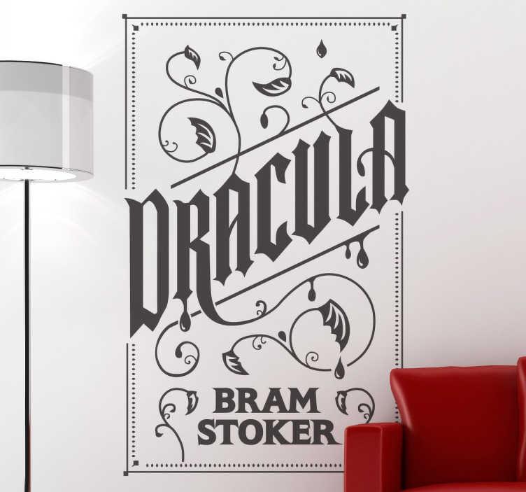 TenStickers. Dracula tekst sticker. Er du til vampyr historier? Elsker du Bram Stokers bøger? Du kan nu dekorere dit hjem med denne store ensfarvede Dracula sticker!