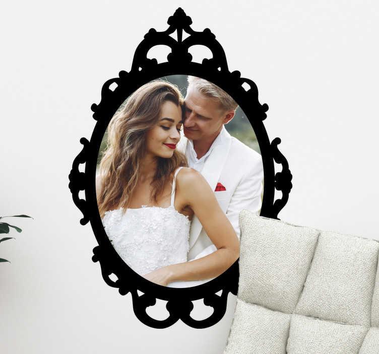 TenStickers. Naklejka dekoracyjna ramka na zdjęcie. Naklejka dekoracyjna, która przedstawia piękną owalną ramkę razem z Twoim zdjęciem. Wystarczy, że wyślesz nam zdjęcie jakie chcesz żeby było w ramce na adres %email%
