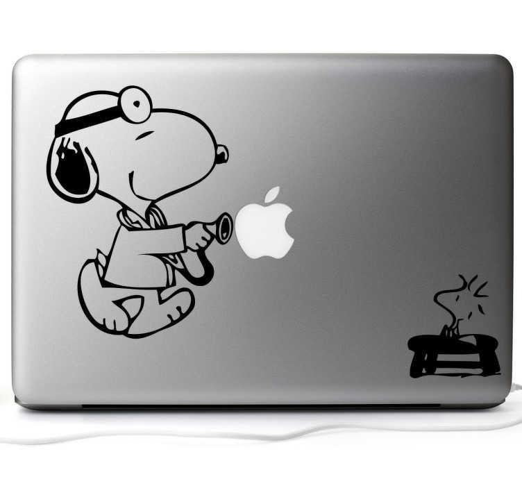 TenVinilo. Pegatina portátil Snoopy doctor. Decora tu portátil con este vinilo decorativo donde Snoopy ejerce de doctor de la manzana mientras su pequeño amigo sentado le observa.